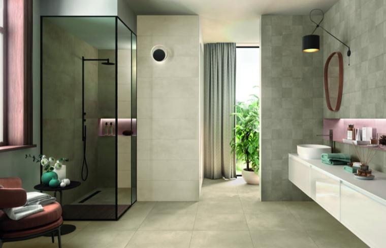 Sodobna kopalnica s keramičnimi ploščicami