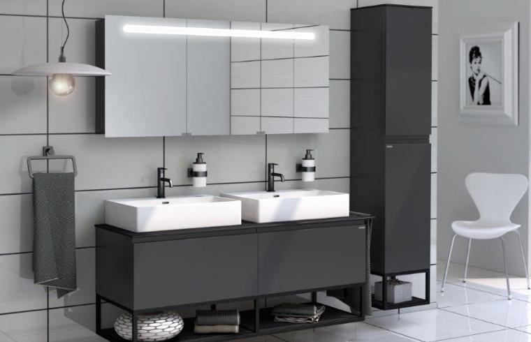 Dva bela umivalnika v temni kopalnici