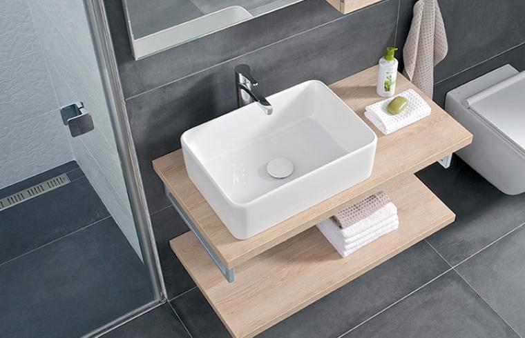 Bel umivalnik na lesenem pultu v kopalnici