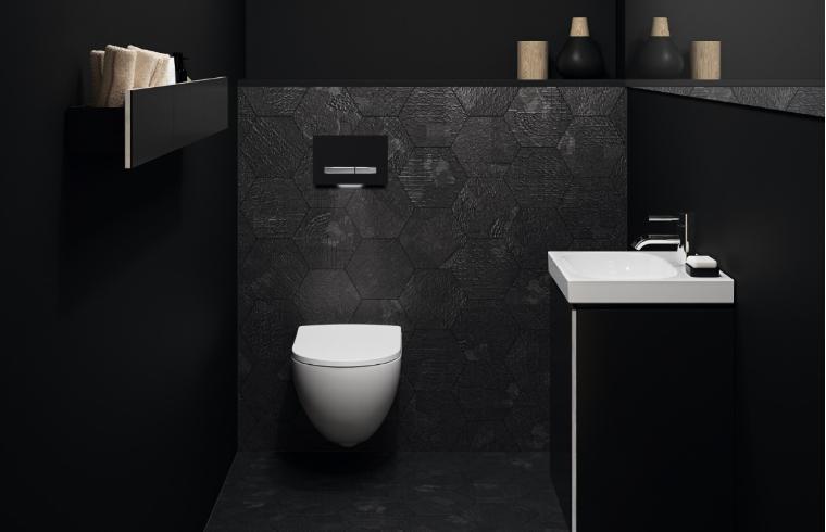 Bela wc školjka in umivalnik v črni kopalnici