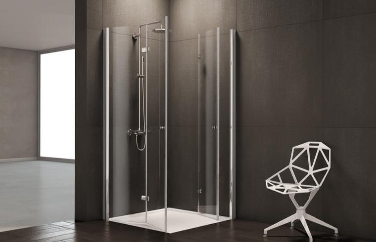 Bel stol ob stekleni tuš kabini v temni kopalnici